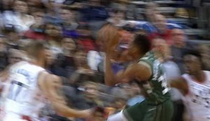 Antetokounmpo's big dunk in Bucks win