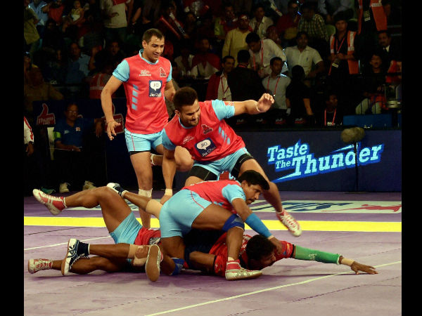 Players of Dabang Delhi and Jaipur Pink Panthers (pink and blue) in action