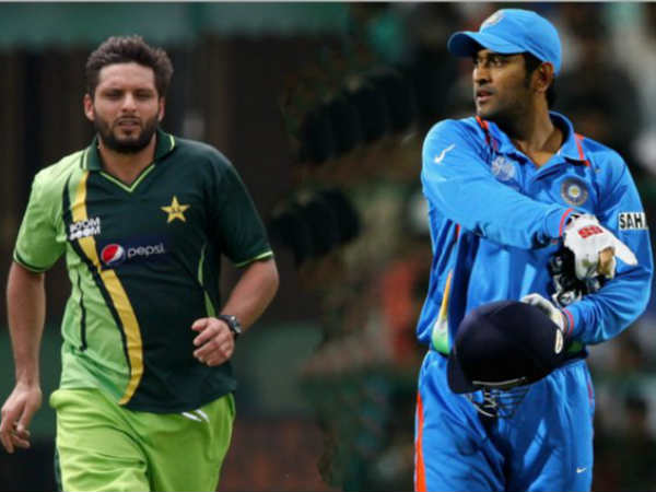 File photo of Pakistan captain Shahid Afridi (left) and India skipper MS Dhoni