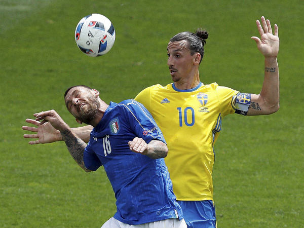 Daniele De Rossi (left) in an aerial tussle with Zlatan Ibrahimovic