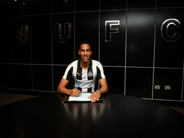 Isaac Hayden signs for Newcastle United (Image courtesy: Newcastle United twitter handle)