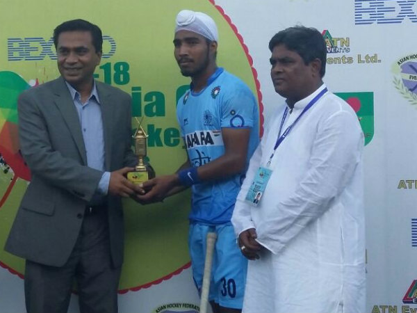 Kunwardilraj Singh (centre) receives his Man-of-the-match award. Photo from Hockey India's (HI) Twitter page