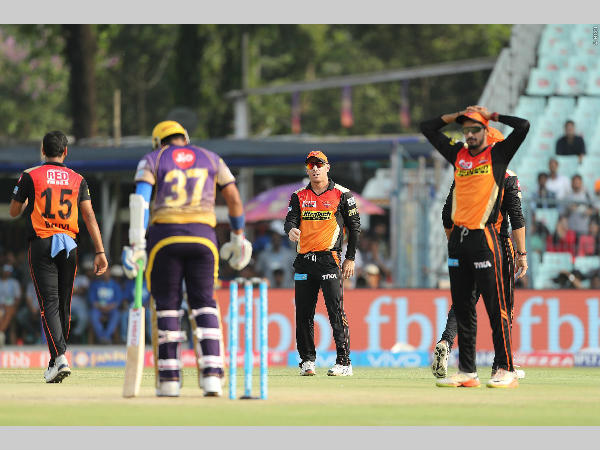 SRH fielders can't believe that Robin was given not out. Photo courtesy: BCCI