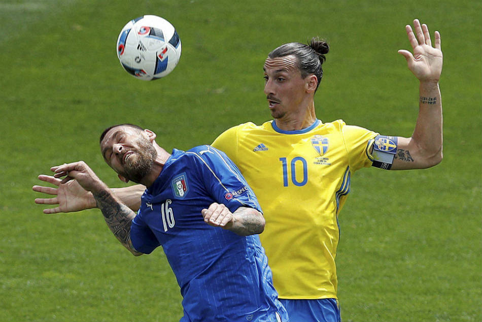 Italy's Daniele De Rossi and Sweden's Zlatan Ibrahimovic battle for the ball.
