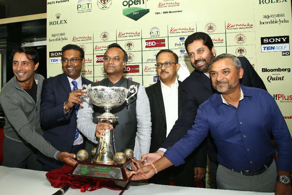 From left: Jyoti Randhawa, Sandeep Madhavan, President, KGA, Shri Priyank Kharge, Honourable Minister for IT, BT & Tourism, Govt. of Karnataka, Gaurav Gupta, Principal Secretary - IT, BT & Tourism, Govt. of Karnataka, Uttam Singh Mundy, CEO, PGTI and Rahil Gangjee unveil the trophy of the inaugural Bengaluru Open Golf Championship