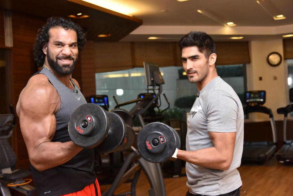 Wwe Superstar Jinder Mahal Trains With Star India Boxer Vijender Singh At Gym