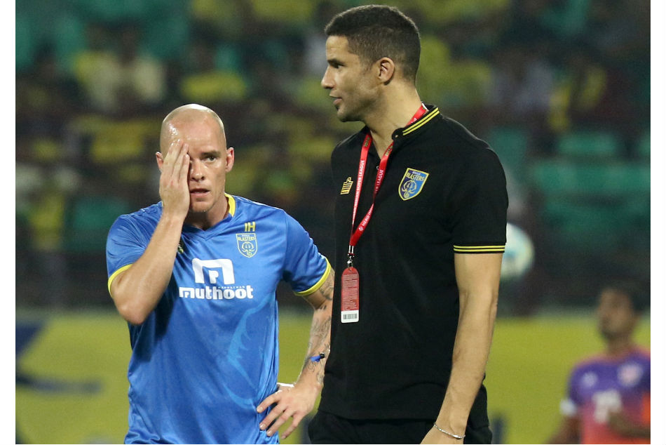Kerala Blasters' striker Iain Hume with coach David James (right) during a training session (Image: ISL Media)