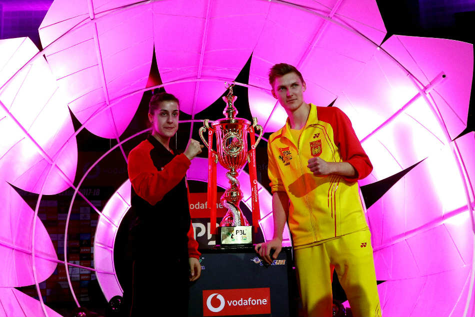 Carolina Marin of Hyderabad Hunters (left) with runner-up Viktor Axelsen of Bengaluru Blasters after their PBL final