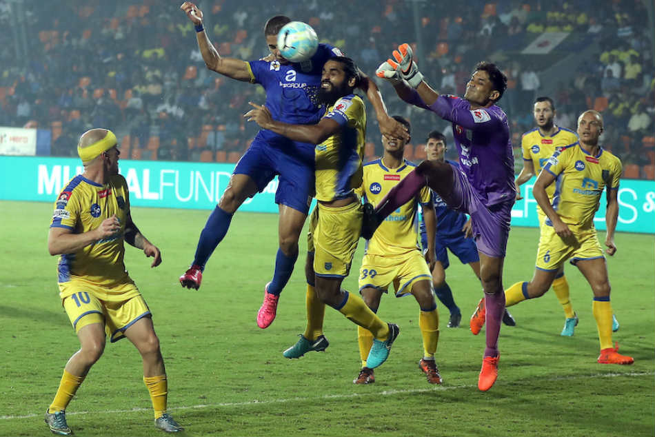 Sandesh Jhingan of Kerala Blasters FC saves an attempt by Mumbai City FC (Image: ISL Media)