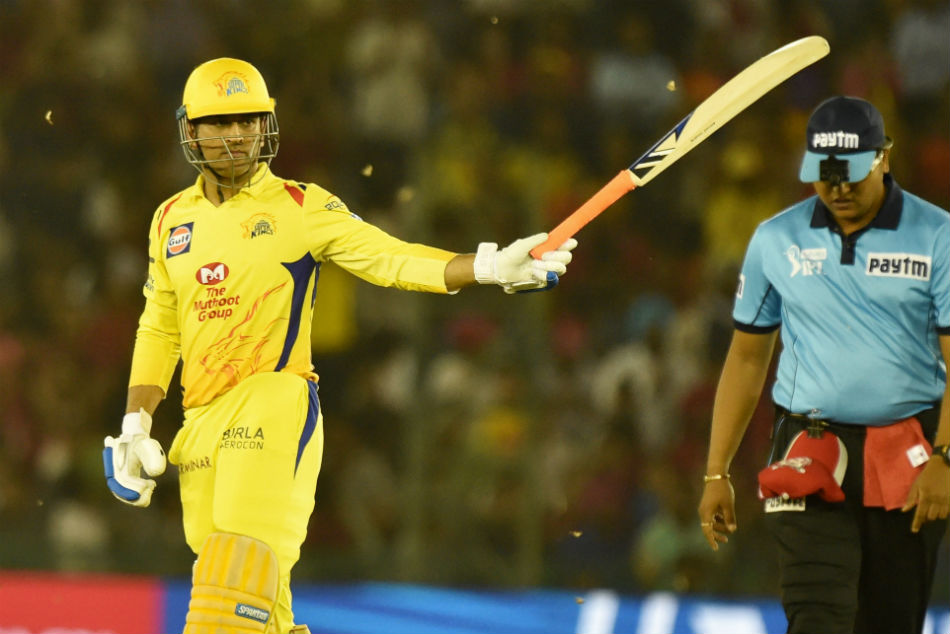 Ipl 2018 Ms Dhoni Proposed Female Fan Male Fan Touches Feet Of Thala Chennai Super Kings
