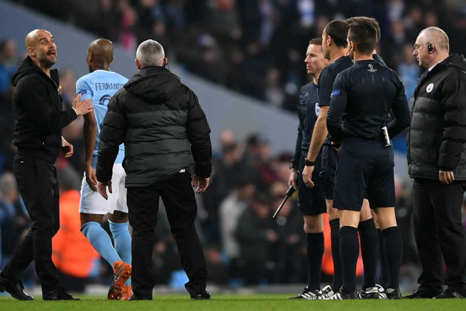 A furious Pep Guardiola confronts with referee Mateu Lahoz.