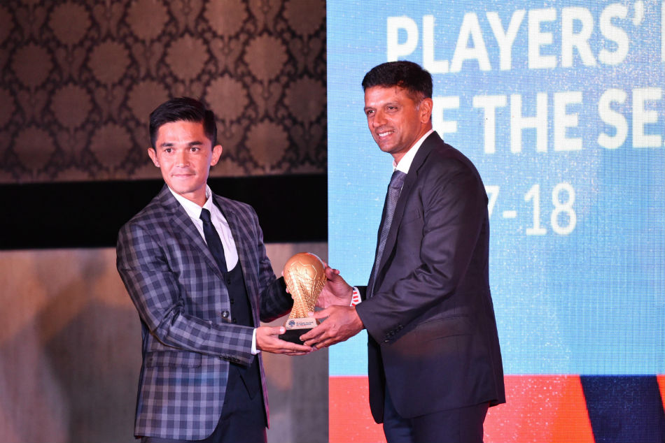 Sunil Chhetri receives the award from legendary Indian cricketer and BFC brand ambassador Rahul Dravid