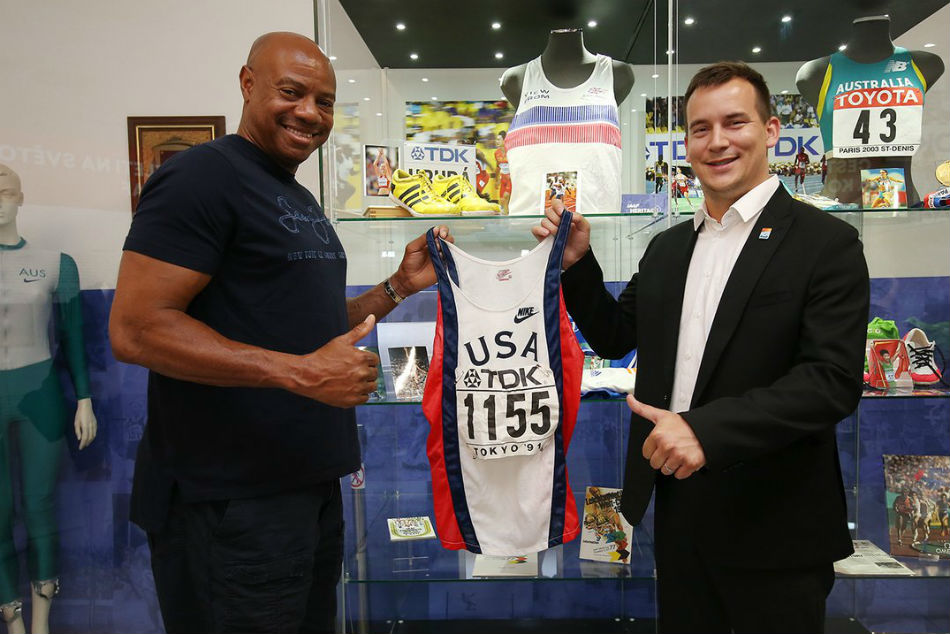 Mike Powell officially hands over the world record vest and number to Valter Bocek
