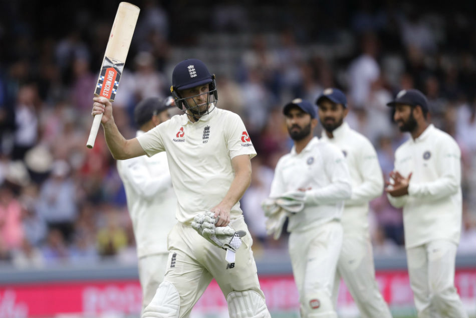 Englands Chris Woakes is applauded by the Indian team