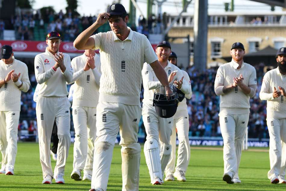 Englands Alastair Cook walks off the Oval to standing ovation