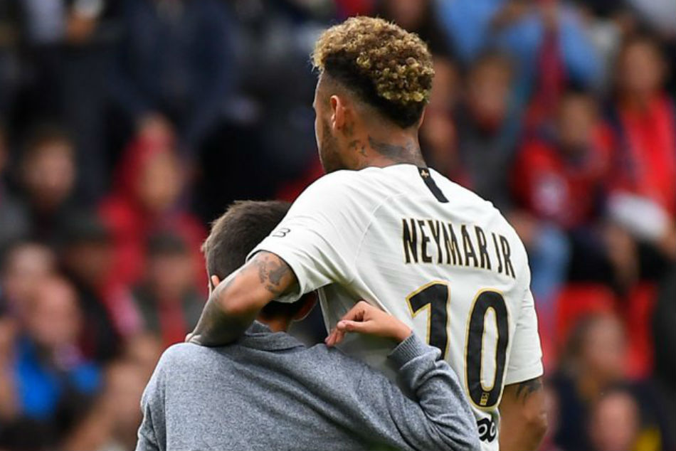 Watch Neymar Handing Over Jersey A Young Pitch Invader