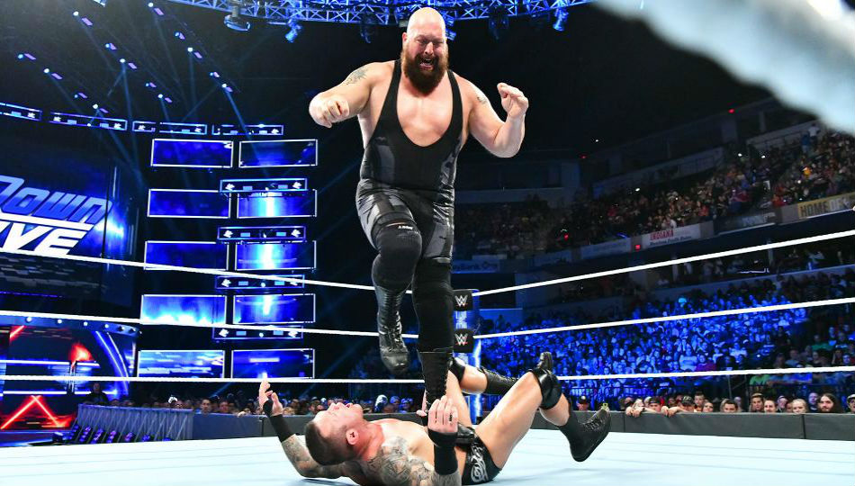 Big Show in action against Randy Orton on Smackdown (image courtesy WWE.com)