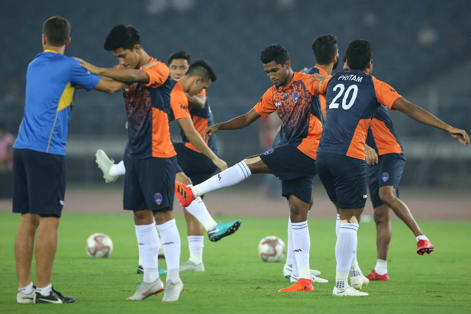 Delhi Dynamos players warm up during a training session. Credit: ISL Media