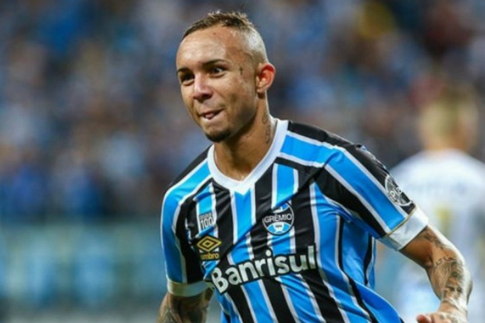 Everton Soares Hands Manchester United Transfer Boost