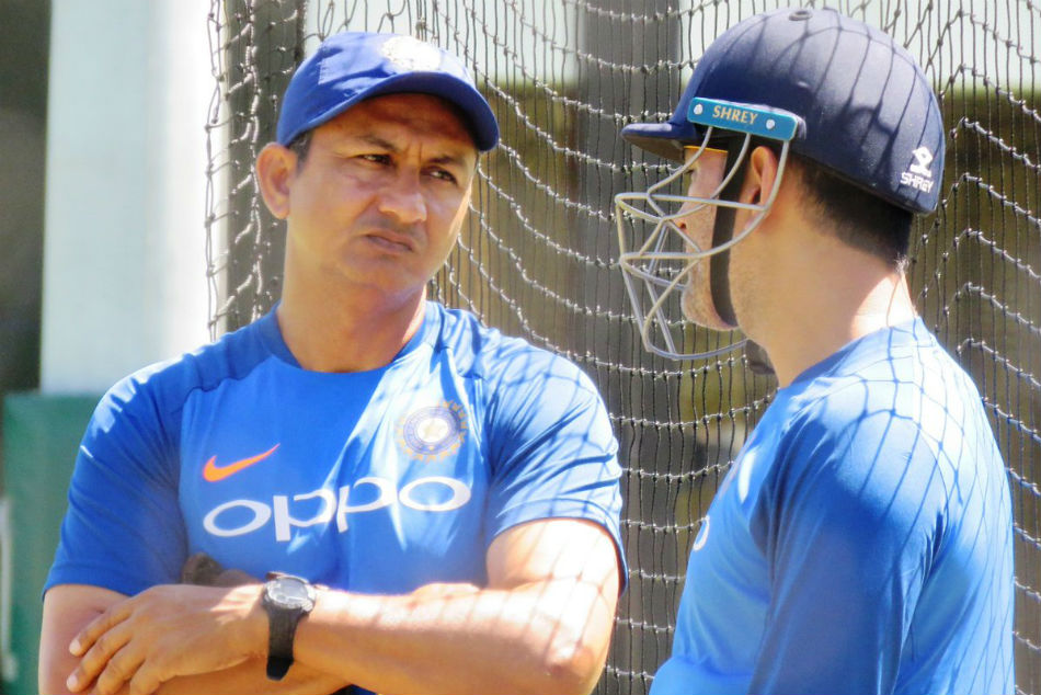 Dhoni in conversation with assistant coach at SCG