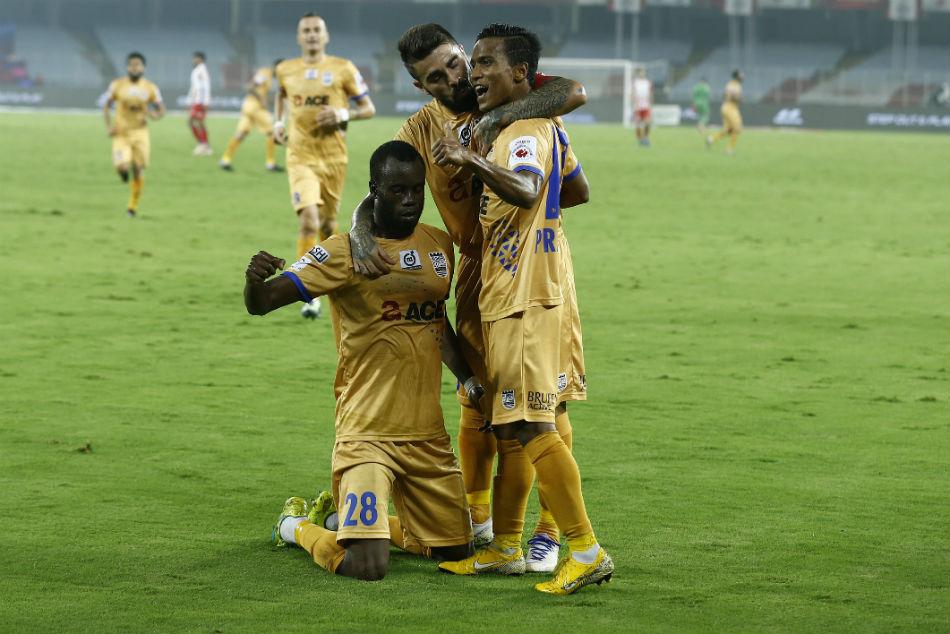 Isl Mumbai City Fc 3 Atk 1 Moudou Sougou Hands Mumbai Play Off Spot