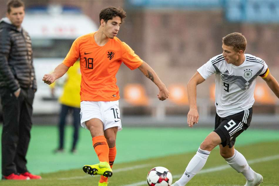 Barcelona snap up Dutch teen star Reis from Groningen