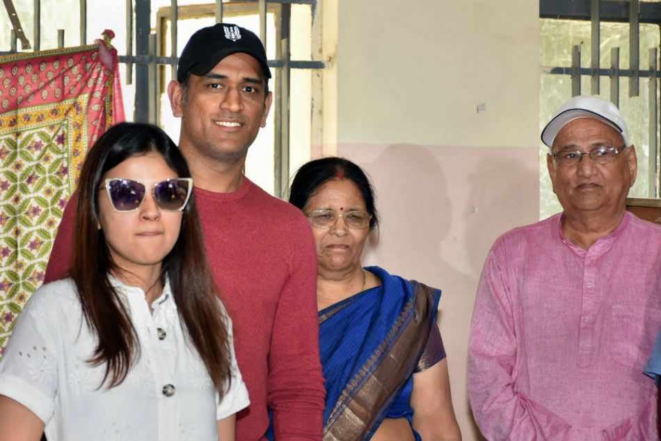 MS Dhoni castes his vote in Ranchi
