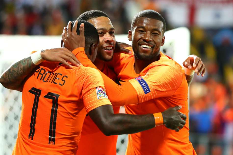 Quincy Promes celebrates with teammates after scoring Netherlands winner
