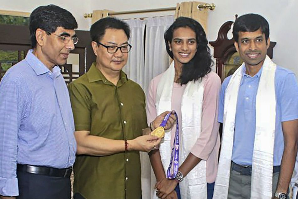Kiren Rijiju presented a Rs 10 lakh cheque to Sindhu