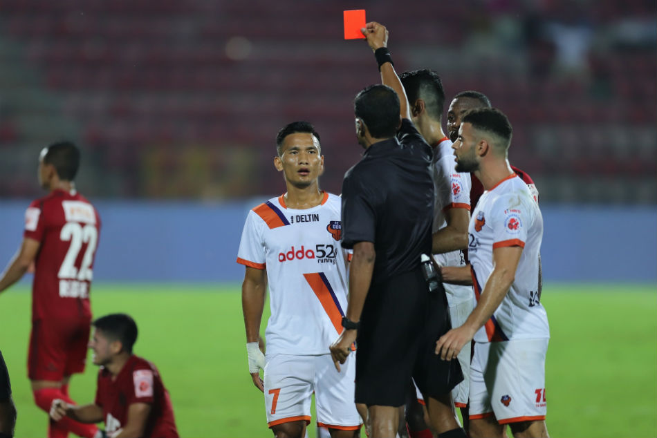 FC Goas Seiminlen Doungel recieves a red card against NEUFC