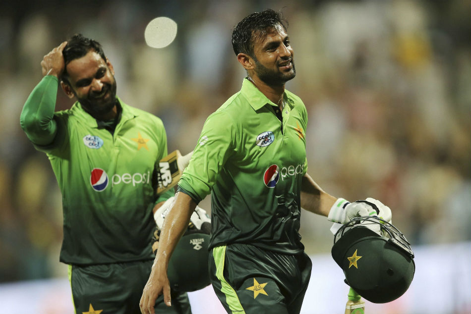 Malik, Hafeez return to Pakistan squad for T20 series against Bangladesh