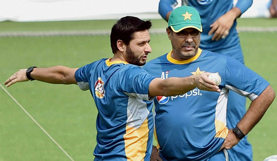 Waqar Younis urges Afridi and Gambhir to act sensibly on social media