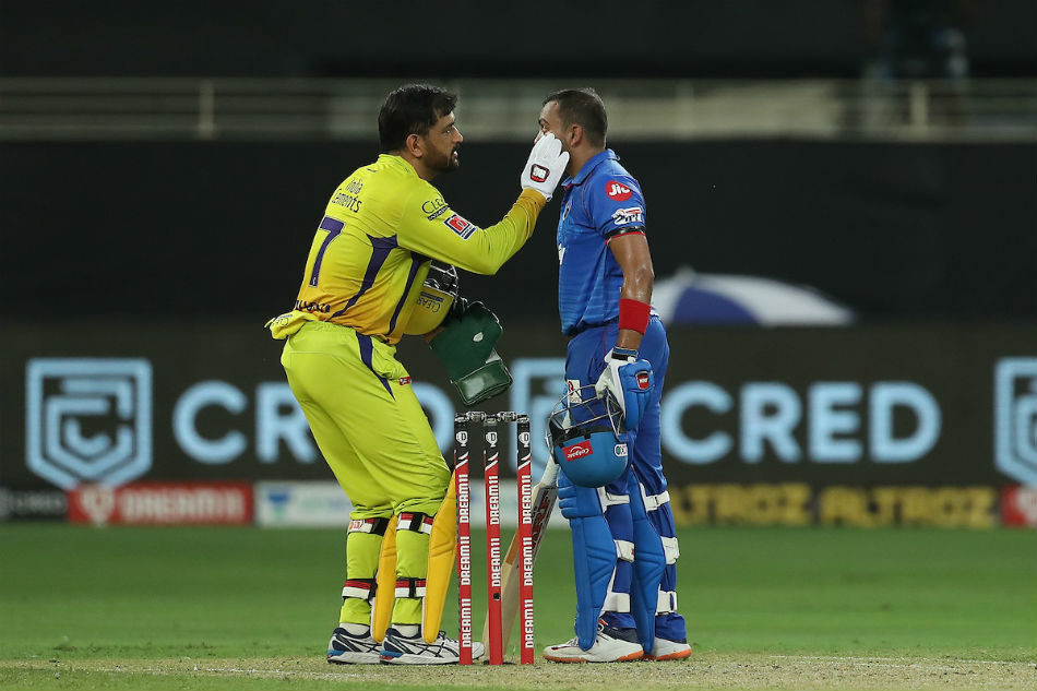 Gentleman of gentlemen's game - Twitter reacts to MS Dhoni's wonderful gesture towards Prithvi Shaw