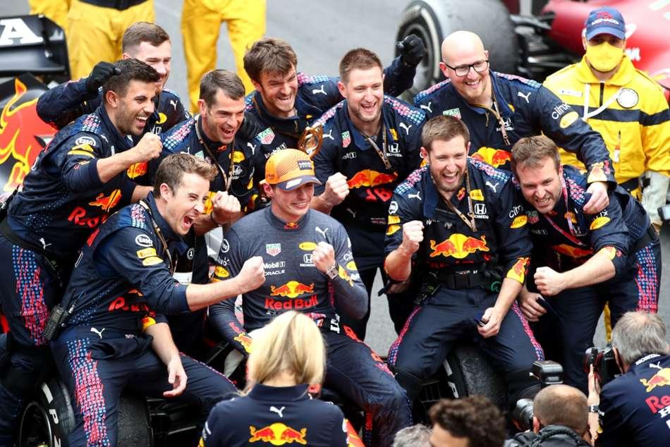 Verstappen Takes Narrow Lead Into Baku Battle With Hamilton