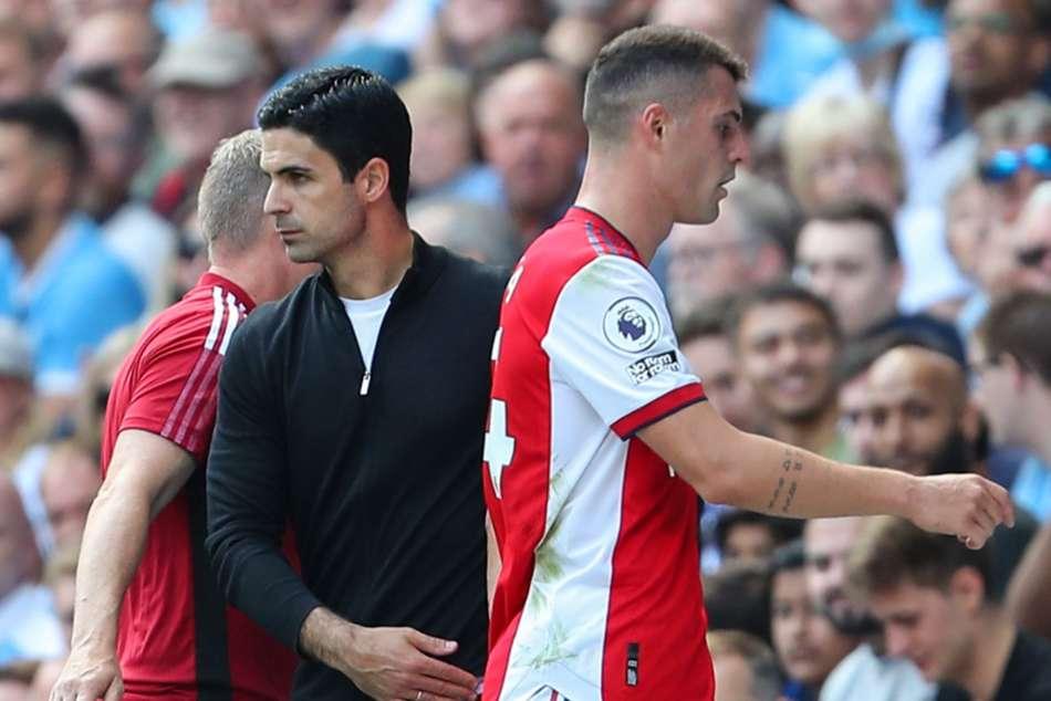 Xhaka odchází po vyloučení ze hřiště v zápase proti Manchesteru City
