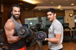 Wwe Superstar Jinder Mahal Trains With Star India Boxer Vijender Singh At Gym
