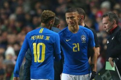 Neymar Surprises Richarlison With Everton Player Of The Season Award