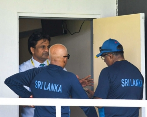 Sri Lanka players charged with ball-tampering, take field \