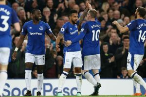 Walcott strike lifts Everton to eighth