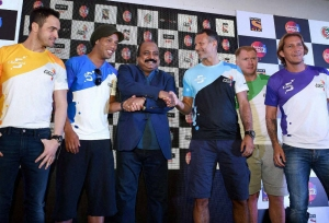 Futsal stars Giggs, Scholes go missing!