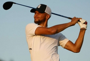 Curry donates $25,000 to golfer