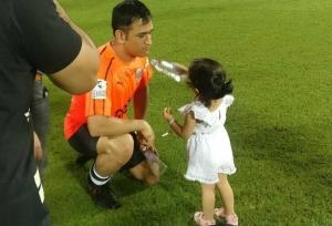 'Daddy' Dhoni tests Ziva's language skills - Watch
