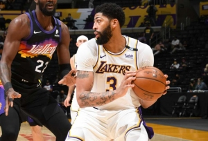 Davis fuels Lakers past Suns