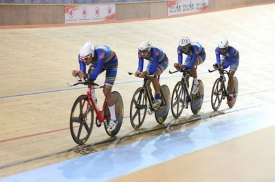 Track cyclists crash out