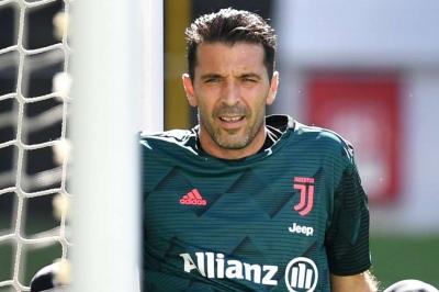 Sarri lauds Juventus legend Buffon