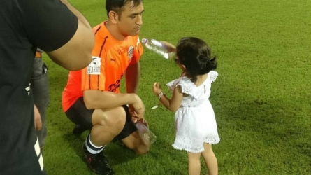 Ziva carries water for daddy Dhoni