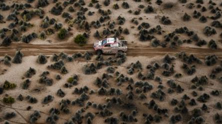 Sainz penalised as Dakar resumes