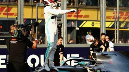 Hamilton snatches Melbourne pole