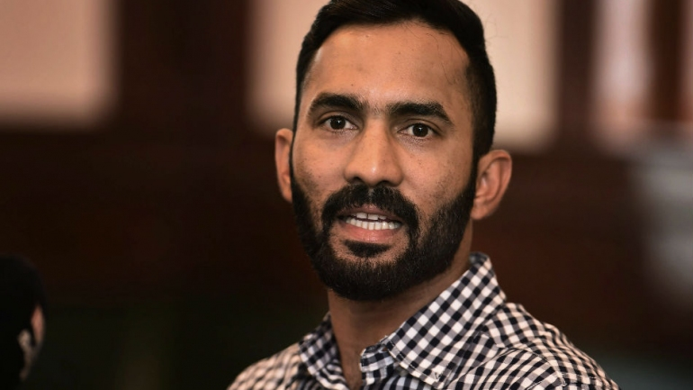 MS Dhoni is the topper of the university in which I'm just a student, says Dinesh Karthik